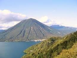 中禅寺湖と男体山.jpg